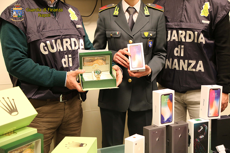 Napoli, GdF scopre due depositi di finti iPhone X
