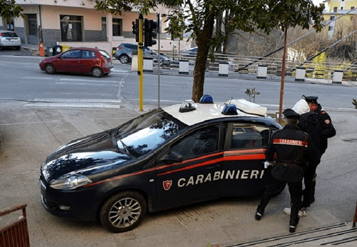 Getta la droga dalla finestra: arrestato pusher 36enne